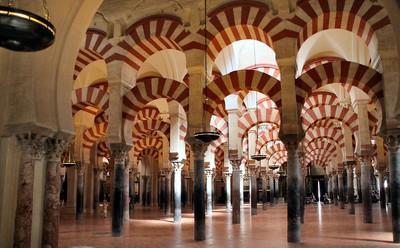 Tiang-tiang dan lengku-lengkung di dalam Masjid Cordoba