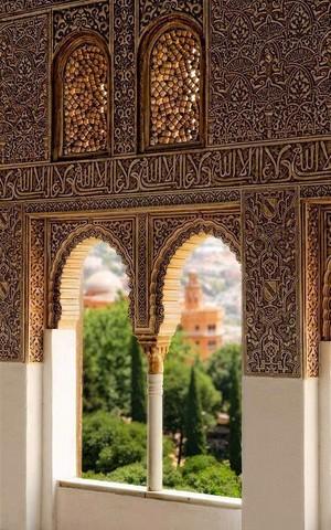 """Salah satu sudut Istana Alhambra di Spanyol berhiaskan kalimat Arab """"Walaa ghaaliba illallaah"""" (Tidak ada pemenang kecuali Allah)."""