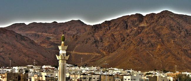 Gunung Uhud adalah gunung di utara Madinah dengan ketinggian sekitar 350 m, panjang 7 Km, dan lebar 3 Km.