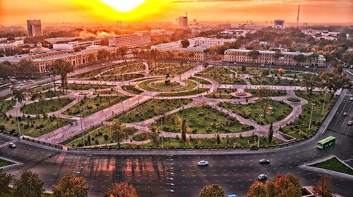 Tashkent, salah satu kota di Uzbekistan. Kota dengan warisan tata kota yang baik, namun dibenci turis karena budaya sogok menyogok masyarakatnya
