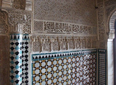 Budaya bahasa Arab begitu tersebar tatkala itu. Bangunan-bangunan pun bertuliskan aksara Arab. (Salah satu dinding Istana Alhambra, Spanyol)