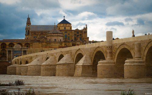 Jembatan bersejarah di Kota Cordoba. Pondasinya dibangun oleh Kaisar Romawi Augustus. Kemudian dipugar oleh umat Islam hingga terlihat seperti sekarang.